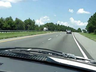 豐滿的摩托車駕駛裸照在高速公路上