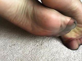 我的妻子性感的腳在黑尼龍