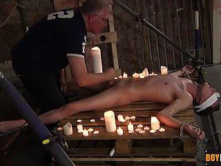赤裸的twink被他的手腕踝和脖子鏈接下來