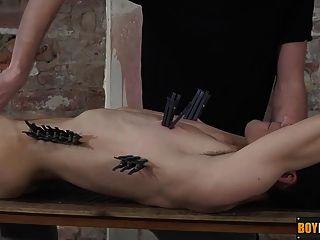 kieron釘他的身體和迪克然後乘坐他的公雞