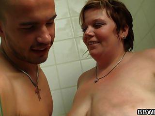 豐滿的bbw吸吮和騎在淋浴