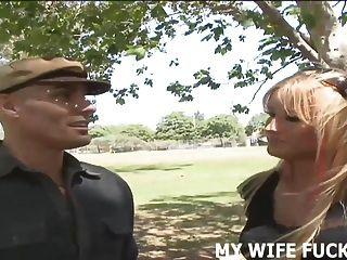 看著你的熱的妻子他媽的與另一個男人