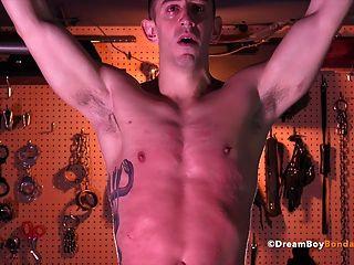 肌肉螺柱鞭打直到他哭泣同性戀束縛