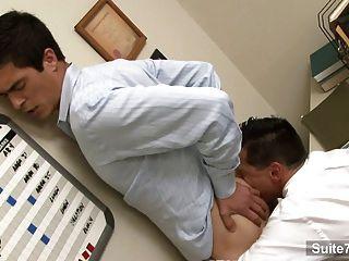 角質的同性戀工人他媽的在辦公室