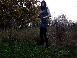 sandralein33吸煙emo女孩在超短裙和lackleggins
