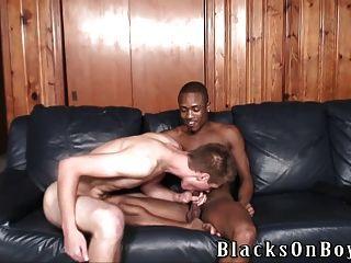 迪倫森林帶他的第一個黑色雞巴