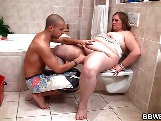 他媽的胖女朋友在浴室裡