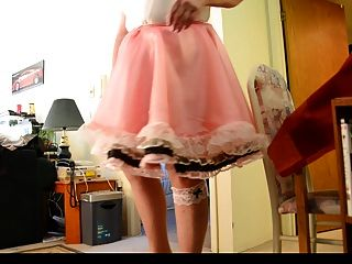 sissy射線在桃紅色sissy禮服(upskirt)。2相機