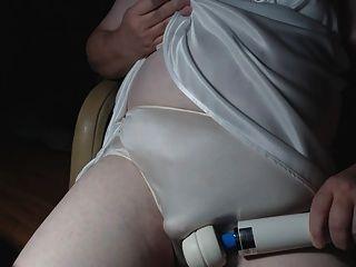 成熟內褲sissy在一個新的白色女睡袍和胸罩第1部分