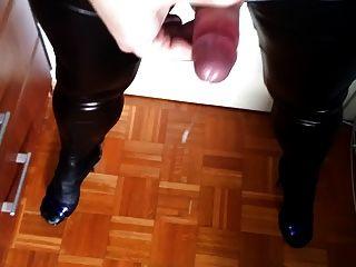 另一個射液在濕的看的綁腿和腳跟