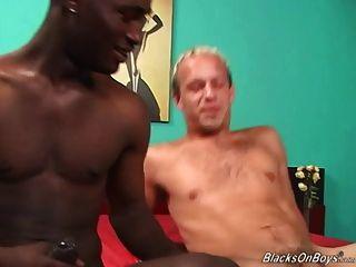 一個有趣的白人和一個掛黑色的螺柱有性