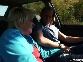 老ch子被陌生人釘在車裡