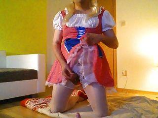 年輕的crossdress女孩手淫在粉紅色的連衣裙內衣
