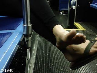 坦率的腳趾和鞋底在公共汽車上