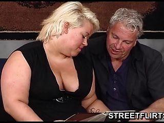 肥胖金發德國業餘的家庭主婦準備好一些熱的性