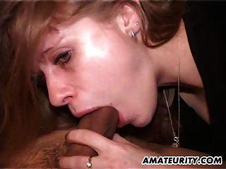性感的業餘女朋友吮吸和他媽的面部