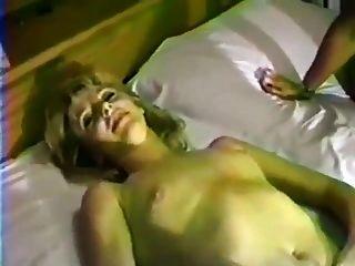黑公雞的非職業減速火箭的白膚金發的妻子。
