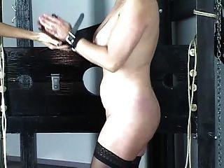 緊身胸衣的可愛的淺黑膚色的男人在強的打屁股戲劇前被約束