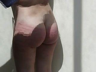 瘋狂的丈夫鞭打你的妻子在後院