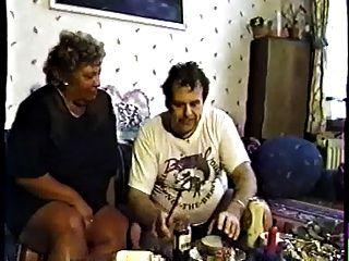 有灰色頭髮的德國老婆性交室外由人第2部分