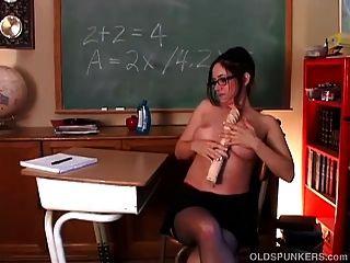 淘氣的奶奶老師在內衣操他浸泡濕的陰部