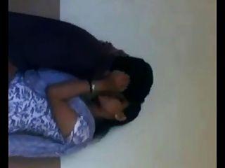 印度大學女孩浪漫在休息室(浴室)