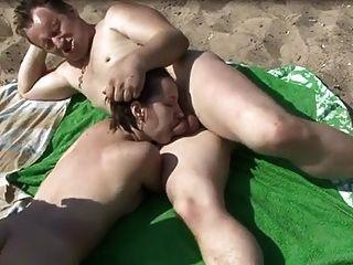 裸體海灘吮吸和指法mmf三人行