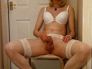 在白色女用貼身內衣褲的tgirl使用與公雞和cums