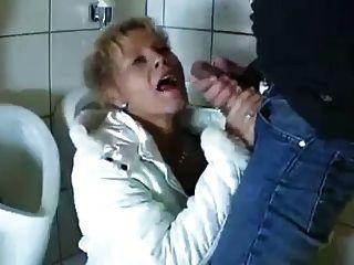 年輕人他媽的成熟在公共浴室