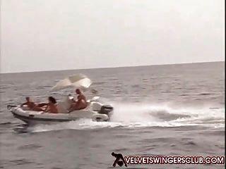 天鵝絨搖擺者俱樂部狂歡和輪組在遊艇必須看見