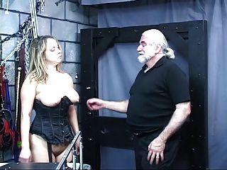 性感的女孩硬核性別她彎曲和乞求一個傢伙硬性