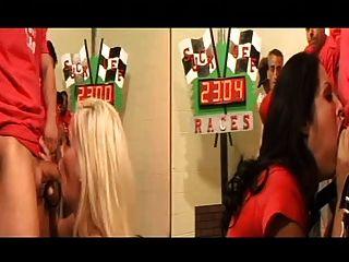 兩個女人有一個cfnm口交比賽