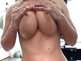 熱的女孩與偉大的山雀得到性交後淋浴。