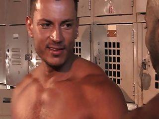 健身房淋浴打斗他妈的乐趣