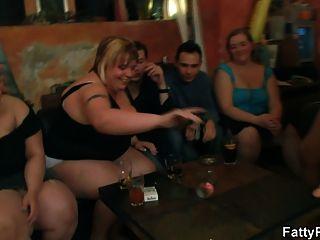 肥胖的女孩剥去和吸吮公鸡