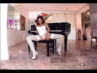 性感的黑发在白色丝袜和内裤