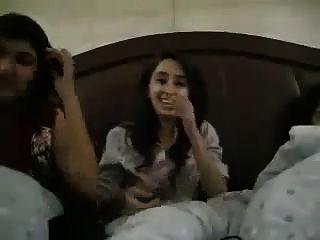 年轻的巴基斯坦大学女生自由流动色情谈话