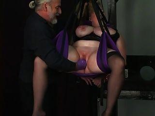 奴隶受到绳索的束缚,dom在她的阴部深深的戴着手套