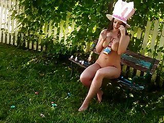 安吉拉白色复活节兔子用巧克力覆盖她的山雀