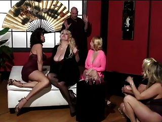 成熟的女人和两个可爱的年轻朋友有秃头人崇拜他们的脚