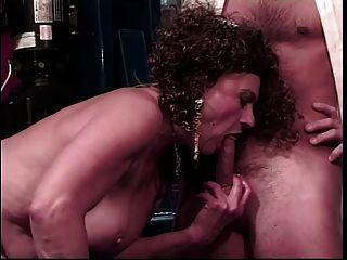 老荡妇得到她的小猫舔舔由年轻人