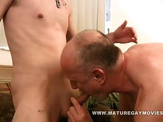 爸爸卡尔喜欢他妈的年轻屁股