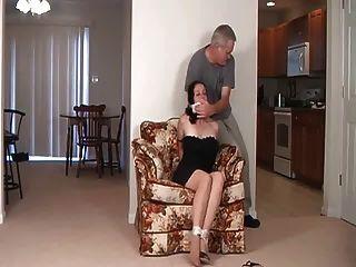 妈妈不是她的女儿绑在一边!