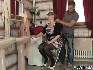 他的妻子离开了,他砰的一声her s她的妈妈