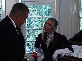 庄园的豪华女士用狩猎作物击败奴隶