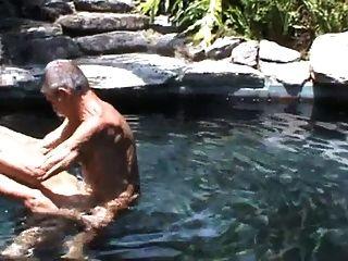 我的两个老朋友他妈的在游泳池里!