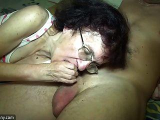 年轻的女孩和老奶奶在浴室里玩得很开心