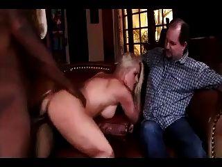 胖子看着他的妻子用黑人家伙