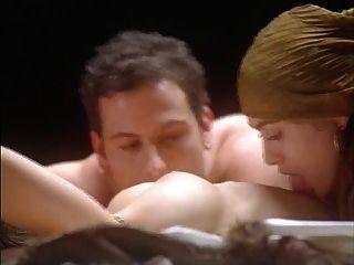 爱丽丝米兰拥抱的吸血鬼(裸体在床上)