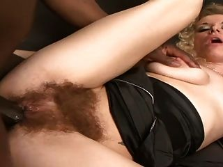 丰满多毛的金发女郎采取bbc